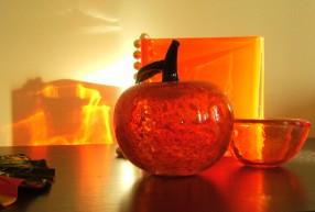 rött och orange glas ljusreflektioner
