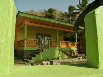 DSCF0579 St Vincent, Bequia, Port Elisabet 2014 04 29 grönt hus och mur (800x600)